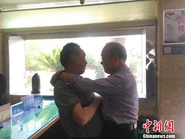 相隔31年,王明国和张道汉再次见面。(中新网)