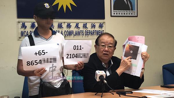 叶先生(左)在记者会上展示大耳窿的电话号码和恐吓短讯。右为张天赐。