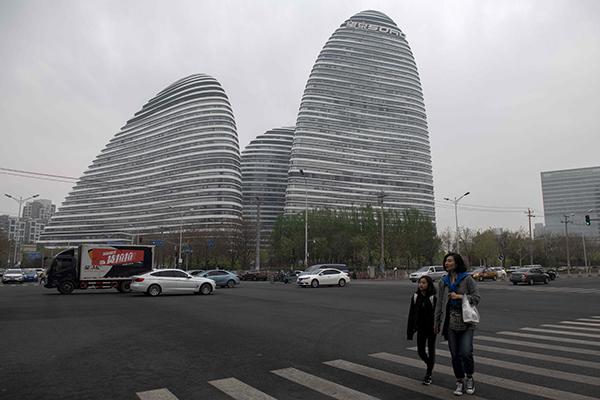 """名为""""望京SOHO""""的大楼,位于北京东北部,是3栋椭圆形建筑合组,由著名伊拉克裔英国女建筑师哈迪德设计。"""
