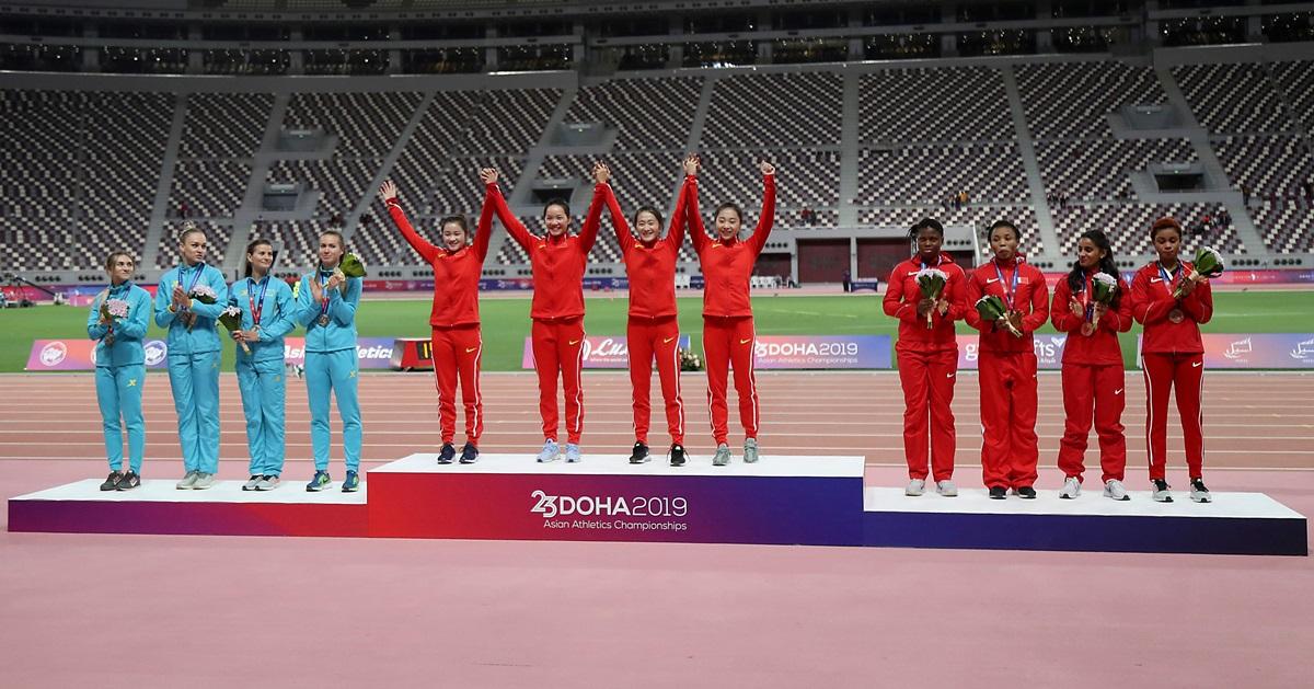 中国女子赢得4X100公尺接力赛金牌,左为银牌得主乌兹别克、右为铜牌得主巴林。(法新社)