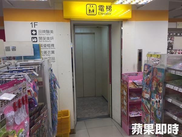 恶男尾随女童进入电梯内犯案。