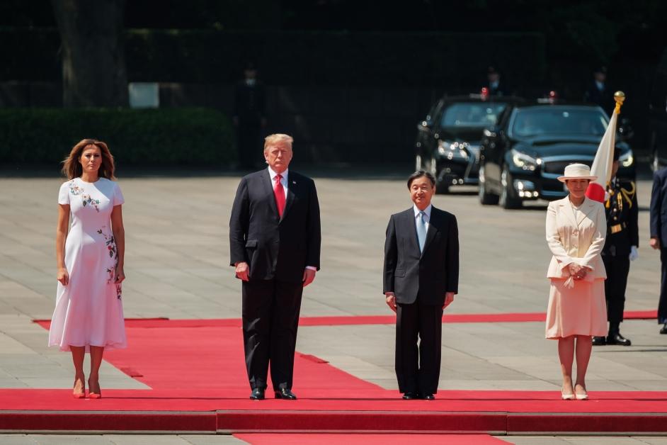 特朗普夫妇与日皇德仁夫妇出席皇居宫殿的欢迎仪式。