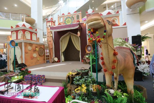 甲市区永旺商场以西亚风格呈现开斋节布置。