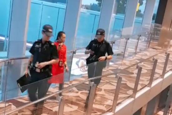保安疑出现疏漏后,惊动机场警员调查。(读者提供)