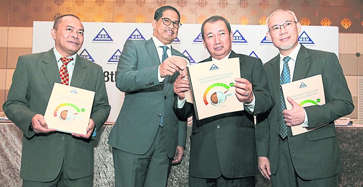 阿都阿兹(左起)、凯里尔安努华、阿兹哈阿都哈密和哈里斯法兹拉展示马来亚糖厂最新年度报告。