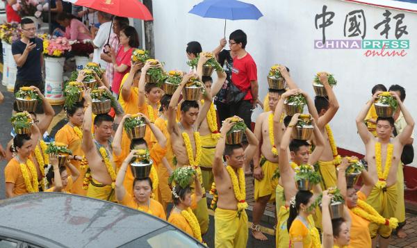 不少华裔信徒头顶羊奶参与其中。