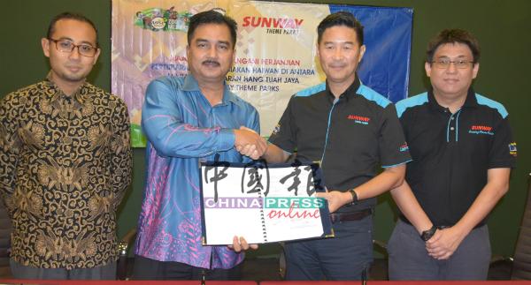 邝炳权(右起)与何长兴、莫哈末拉菲依及莫哈末沙鲁尔,移交合作备忘录。