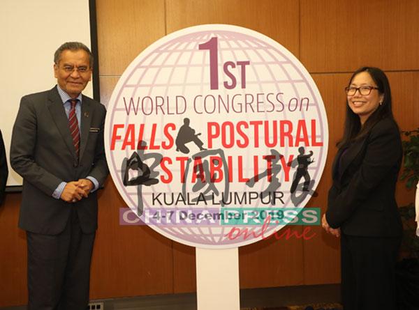祖基菲里阿末(左起)在陈慕膑陪同下,为第一届世界跌倒与姿势稳定大会主持推介礼。