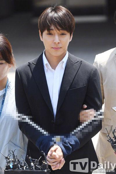 崔钟训步出法院时,双手被绑。