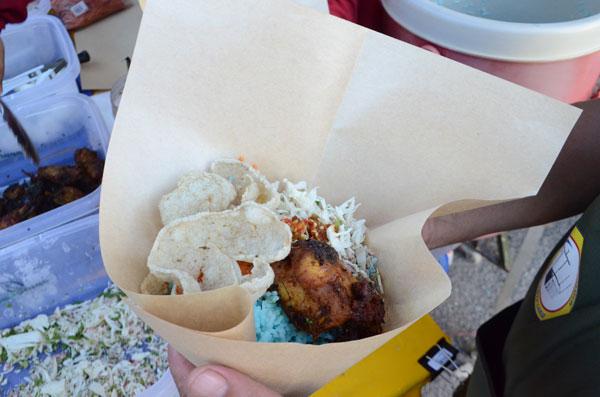 用蜡纸包的蓝花饭(nasi kerabu),环保又不失传统。