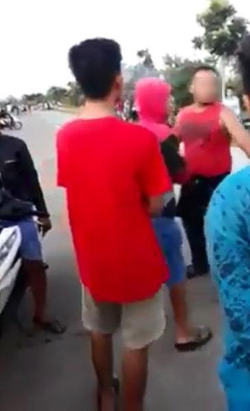 一群疑似摩哆党在飙驰时,遭民众阻拦,双方爆发口角。