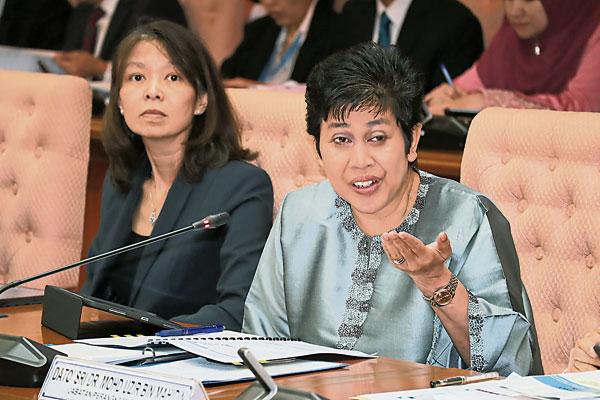 诺珊西亚(右起)和国行副总裁周清莲共同出席汇报会。