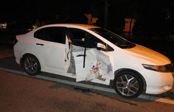 涉嫌非法做U转的本田城市轿车,右边车门被撞击。