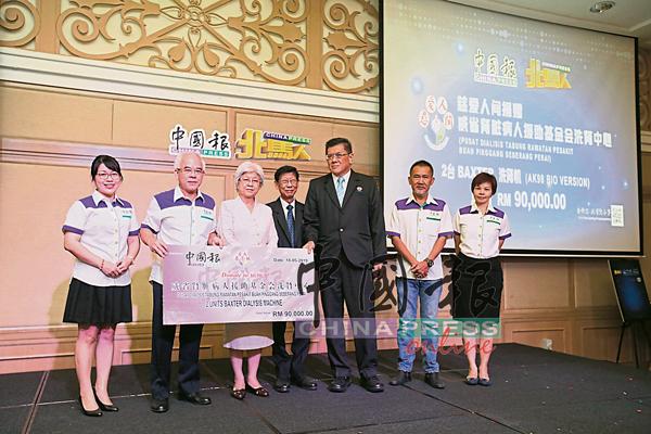 《中国报》赠送2台总值9万令吉的洗肾机给威省肾脏病人援助基金会洗肾中心,由廖深仁(左2)移交给主席倪福来(左4)及署理主席林靖雄(左5),章锳(左3)见证。林结凤(左)、张映坤(左6起)和谭翠凤陪同。