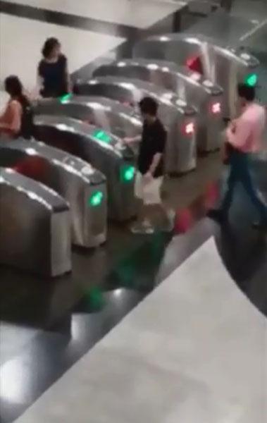 华裔男子独自在捷运入闸机不断来回出入,诡异行为令在场民众傻眼。