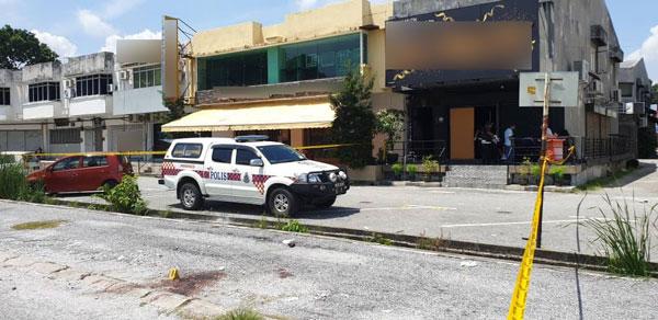 怡保花园东区某酒廊发生命案,警方在酒廊外拉起黄色警戒线。