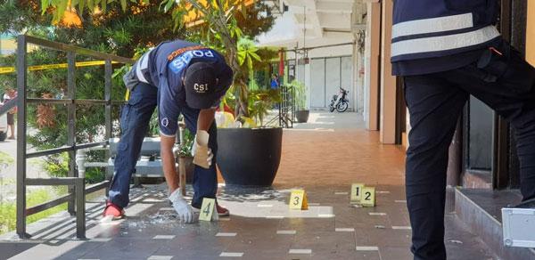 警方在酒廊现场搜证。