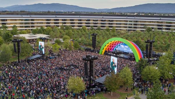 苹果Apple Park正式开园,总执行长库克在彩虹舞台上演讲。