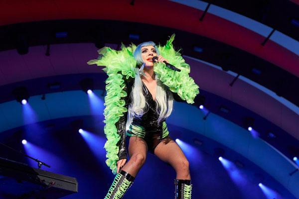 女神卡卡在台上落力表演。