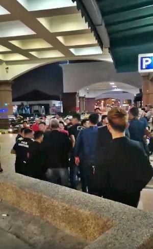 一群男子不知何故在新山免税区酒店外起冲突。
