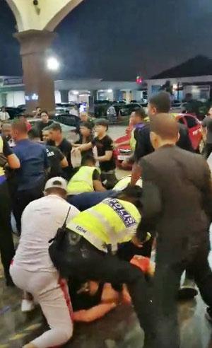 辅警、保安及警方在事发现场协助,阻止殴斗事件严重化。