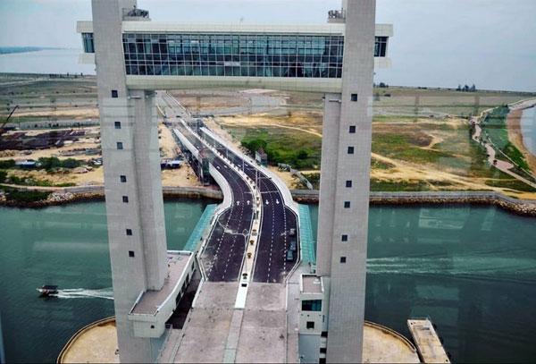东南亚首座车行吊桥落成,将于下月初开放让公众试跑。