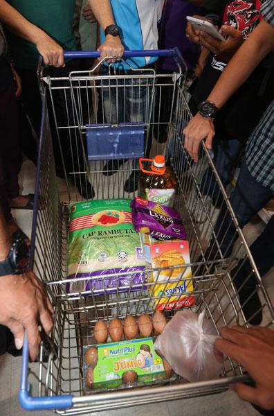 纳吉在马六甲特易购霸级市场的收获。