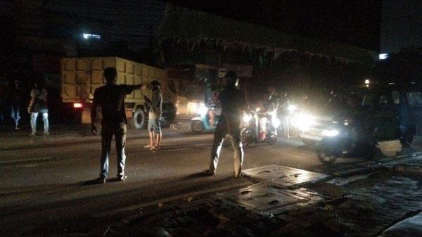 耶加达东部的道路被封锁,公路使用者无法使用相关道路。