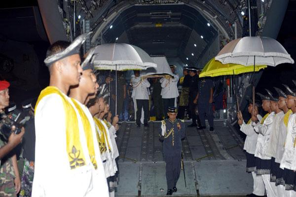 大马皇家空军仪仗队将彭亨老苏丹灵柩抬下军机。