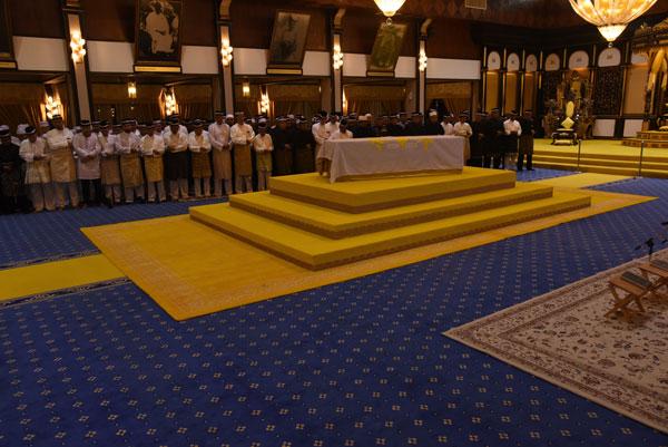 一行人在王室成员带领下,在老苏丹遗灵前诵经。
