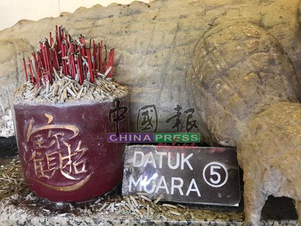 """白鳄像命名为""""DATUK MUARA"""",从字面上看,意指这尊白鳄是河口的守护神。"""