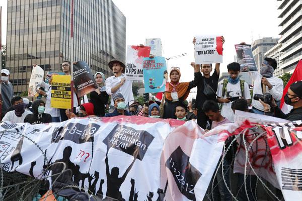 示威者高举横幅,抗议选举结果有舞弊。
