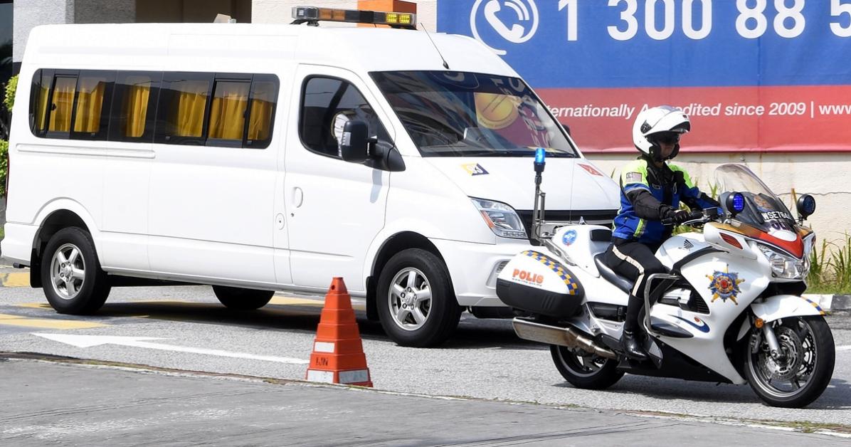 载着彭亨州老苏丹阿末沙遗体的灵车,在警察护送和开路下离开国家心脏中心。