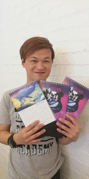 """插画家黄伟程(蓝熊)将在通过插画分享""""梦想"""",也让学生体验写、寄及收明信片的心情,并将送出蓝熊梦想图文日历予 3 位学生。"""