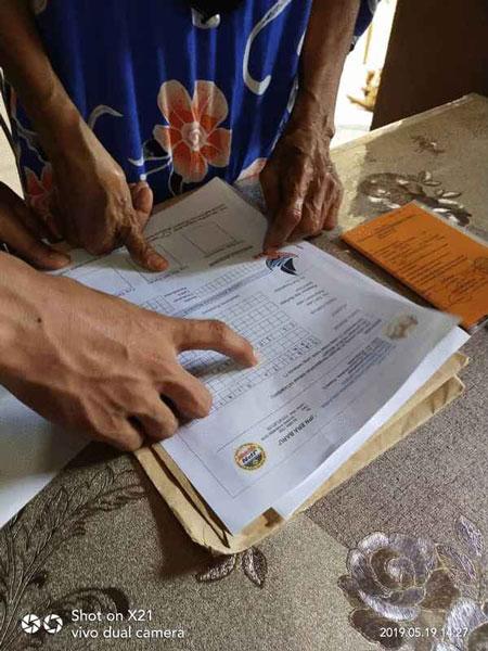 """一名疑似非法移民正在""""假表格""""打上手指印。"""