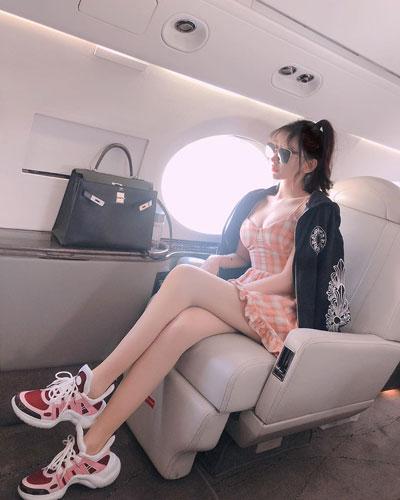 谢芷蕙坐私人飞机拎名牌包出游。