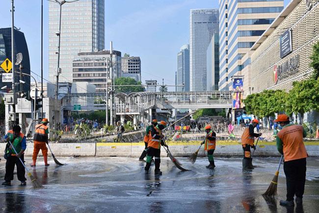 清洁工人周四在选举监督委员会大楼外进行清理工作。(法新社)