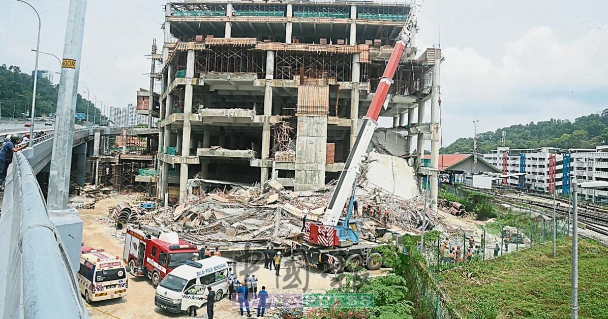 施工中的5层楼泊车场进出通道突然坍塌,现场一片狼藉。