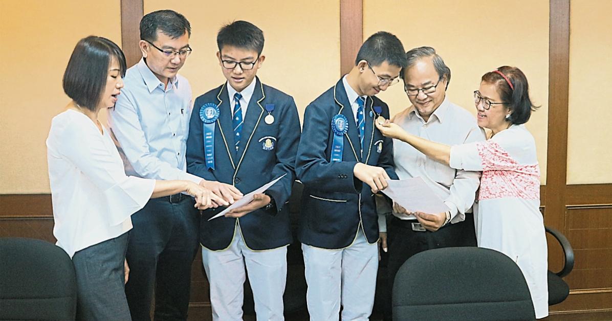 谭永翔(左3起)及程俊理与父母分享喜悦,左起为曾华斌、谭家隆、程家强及李丽萍。