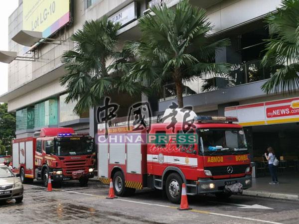 消拯局出动两辆消防车到场展开灭火工作。