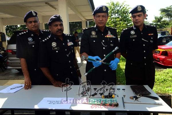 莫哈末再益斯(右2)与建功下属展示警方逮捕嫌犯后,起获嫌犯干案工具。