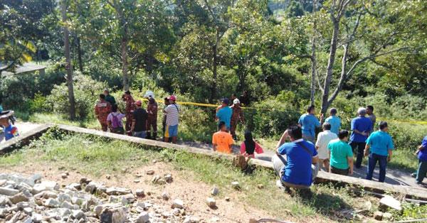 消拯员到场取出死者遗体时,引起附近居民围观。