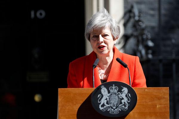 特丽莎梅周五在唐宁街10号首相府外,宣布辞职确实时间表。(法新社)