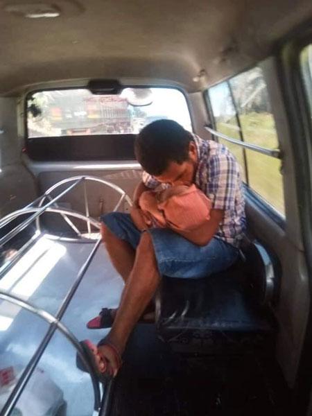 回家的路途中,小死者的父亲全程紧抱遗体,还不时亲吻遗体。
