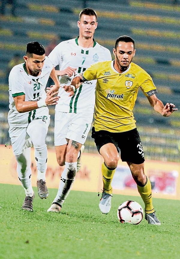 霹雳外援雷莱斯(右)遭两名马六甲球员逼抢。(马新社)