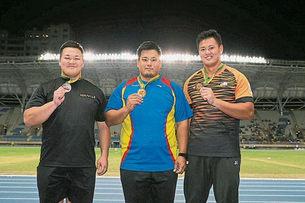黄秀捷(右)在男子链球不敌两位日本选手,仅收获一枚铜牌。(中华台北田径协会官网照片)
