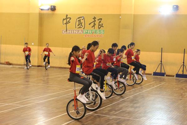 学生在活动开幕时为嘉宾呈现一段独轮车运动表演。