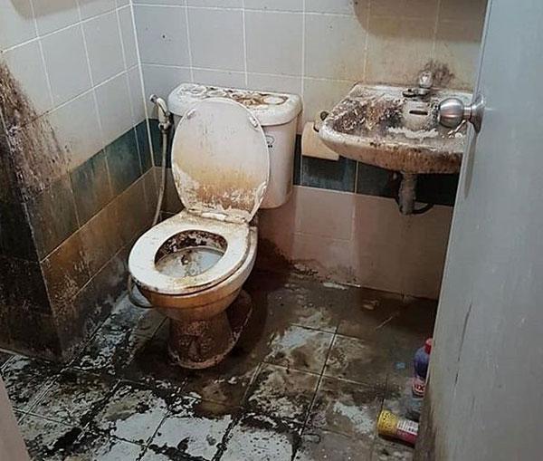 一名泰国女子租屋9年,却从不打扫,使得马桶、洗手台与地板全都蒙上一层脏污。