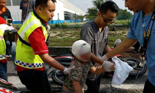 医护人员为小女孩包扎头部伤口,再送院治疗。