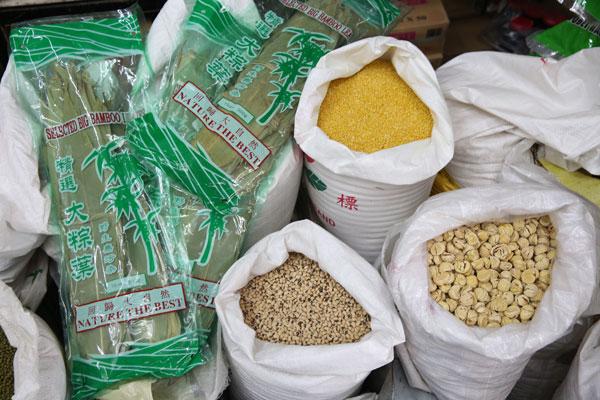端午节各类粽子食材价格与去年相若,仅入口自中国的粽叶因货源短缺等因素而涨价。